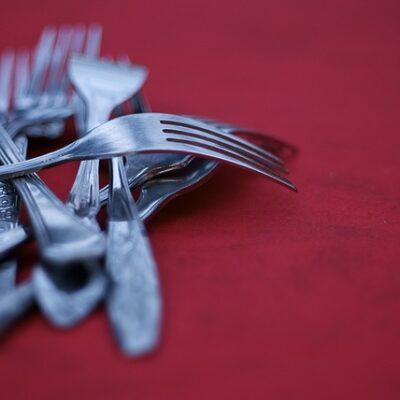 Chi ha messo le forchette a tavola?